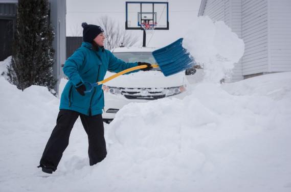 On pouvait difficilement se passer de pelle ou de souffleuse pour venir à bout de dégager toute cette neige. (François Gervais, Le Nouvelliste)