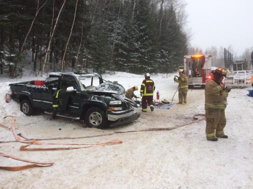 Le conducteur d'une camionnette a perdu la maîtrise de son véhicule tôt mercredi matin au kilomètre12 du rang Ouest, dans le secteur de La Croche, à La Tuque. Il est entré en collision avec un camion semi-remorque. L'homme qui était au volant de la camionnette s'est retrouvé coincé dans son véhicule. Les pompiers ont dû intervenir avec les pinces de désincarcération. L'individu a été blessé au niveau des jambes. La... ()
