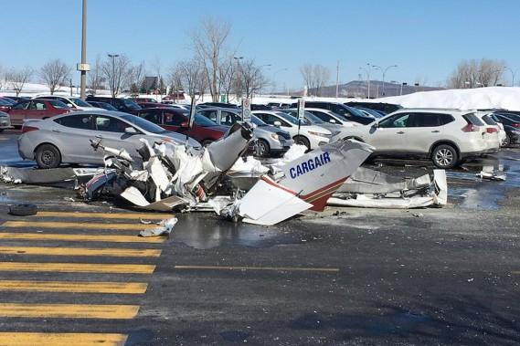 Un des deux appareils s'est écrasé dans le stationnement du centre commercial. (PHOTO TIRÉE DE LA PAGE FACEBOOK DE NICHOLAS DUMONT)