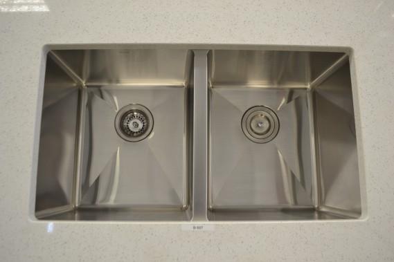 Granit Moreau a en stock une gamme d'éviers de qualité dont les mesures sont déjà préenregistrées dans le système de découpe de l'usine. Ils peuvent donc être facilement sous-montés dans la pierre, ce qui apporte un fini impeccable. (Claudie Laroche)