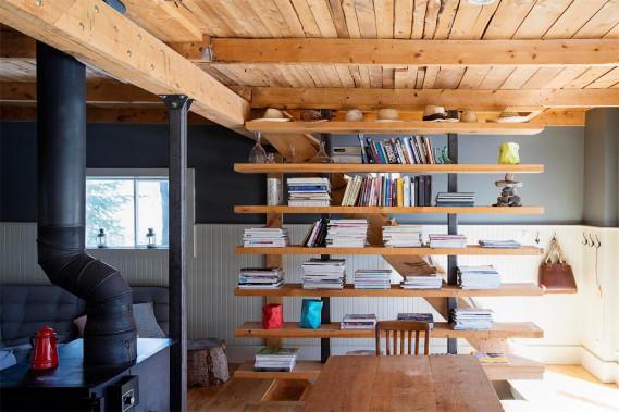 La bibliothèque en pin a été dessinée par Lysanne Pepin. (Photo Alain Roberge, La Presse)