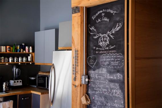 Dans la cuisine, les indications pratiques sont écrites à la craie sur le tableau noir. (Photo Alain Roberge, La Presse)