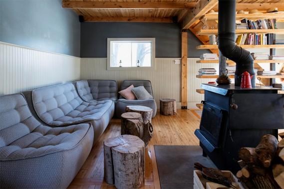 Un salon douillet rempli de sofas confortables (Photo Alain Roberge, La Presse)