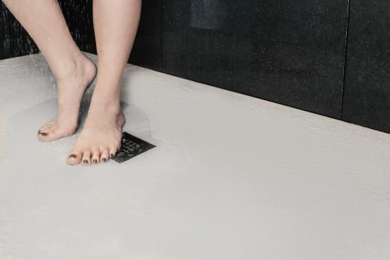 Le béton étant facilement imperméabilisable, ce dernier trouve aisément une place de choix dans la salle de bains. (Béton Multi Surfaces)
