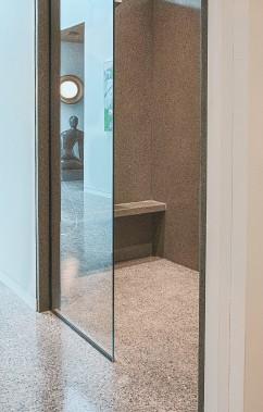 Douche à l'italienne avec planchers en béton poli et murs de béton. (Béton Multi Surfaces)