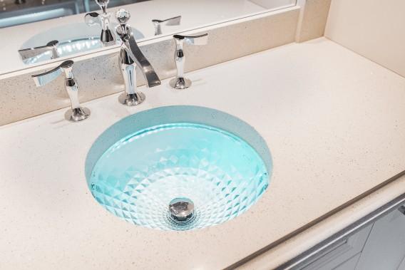 Le béton est un matériau facilement personnalisable. Une grande gamme de couleurs et d'agrégats (pierre, verre recyclé, miroir, etc. ) sont offerts pour personnaliser le béton et l'adapter à son décor. Il est aussi possible d'y ajouter des insertions de pierres semi-précieuses, des coquillages, de la gravure et même de la fibre optique. (Béton Multi Surfaces)