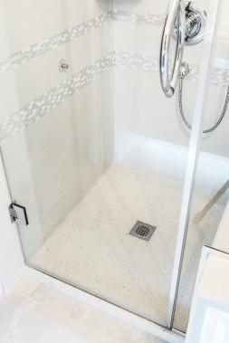 Béton Multi Surfaces propose trois formats de bases de douche 36'' X 36'', 36'' X 48'' et 36'' X 60'', dans un choix de 10 couleurs, auxquels il est possible d'ajouter des agrégats (pierre, verre, miroir et plastique recyclés, etc.). (Béton Multi Surfaces)