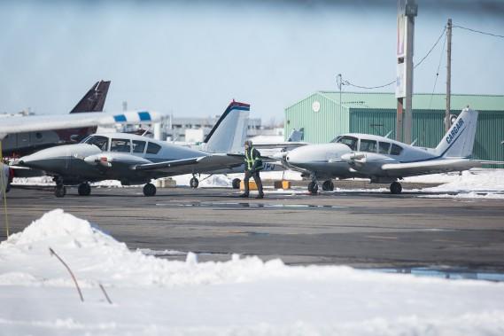 Le nom de l'école de pilotage Cargair apparaît sur la queue de l'avion qui se trouve dans le stationnement. (PHOTO SIMON GIROUX, LA PRESSE)