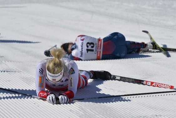 Des concurrentes épuisées après avoir franchi le fil d'arrivée (Le Soleil, Yan Doublet)