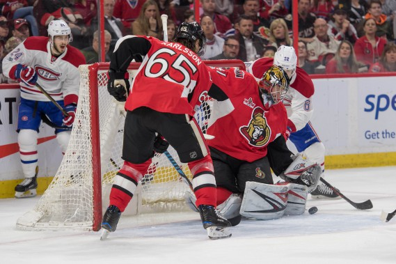 Le gardien Craig Anderson s'assure que le tir d'Artturi Lehkonen ne rentre pas dans le filet. (Photo Marc DesRosiers, USA TODAY Sports)