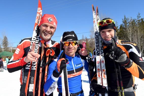 Pierre Lavoie et Claude Dalcourt entourent le gagnant du 45km style libre, Vincent Ruel. Lavoie et Dalcourt ont terminé à égalité au 45km classique. (Le Progrès-Dimanche, Rocket Lavoie)