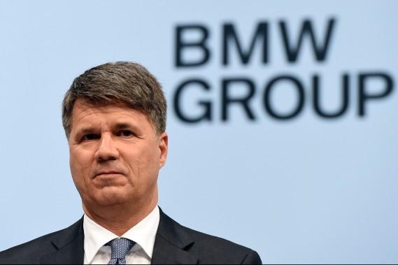 Harald Krüeger, le PDG de BMW, pose pour la postérité avant la conférence de presse annuelle du constructeur à Munich. (Photo AFP)