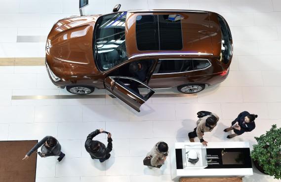 Un VUS BMW exposé au siège social de BMW à Munich à l'extérieur de la salle de conférence où la direction a dévoilé son bilan financier annuel et exposé ses stratégies pour l'année courante. (AFP)