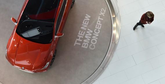Un multisegment X2 --un prototype-- exposée au siège social de BMW à Munich à l'extérieur de la salle de conférence où la direction a dévoilé son bilan financier annuel et exposé ses stratégies pour l'année courante. (AFP)