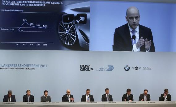 Le chef de la direction financière Nicolas Peter s'adresse aux analystes boursiers et aux journalistes automobiles lors de la conférence de presse annuelle de BMW. En 2016, le groupe BMW a inscrit des records en termes de rentabilité et de livraisons, mais la marque BMW a été supplantée par Mercedes-Benz au sommet des constructeurs haut de gamme. (REUTERS)