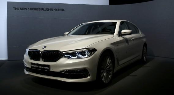 La BMW 530e iPerformance était sur la scène avant la conférence de presse annuelle du constructeur à Munich. (REUTERS)