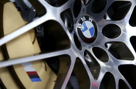 L'emblème de BMW, au centre de la roue d'un véhicule exposé lors de la conférence de presse annuelle de BMW. (REUTERS)