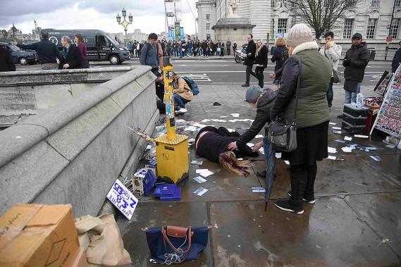 Une femme blessée est étendue sur le sol sur le pont de Westminster, à Londres. (Photo Toby Melville, REUTERS)