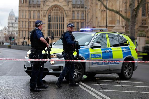 Des policiers armés sont sur le qui-vive. (Photo Daniel LEAL-OLIVAS, AFP)