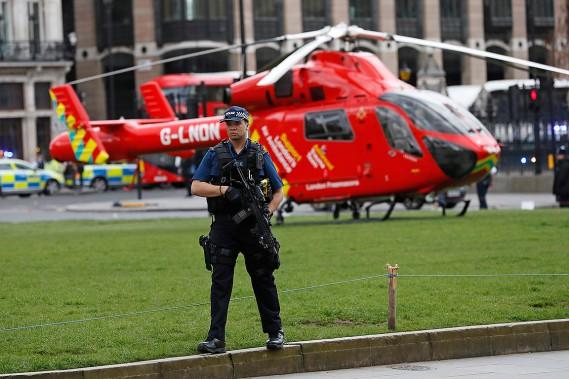 Un hélicoptère s'est posé d'urgence près du palais peu après l'attaque. (Photo Kirsty Wigglesworth, AP)