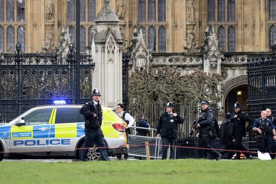 Des policiers armés sont sur le qui-vive. (Photo Victoria Jones, AP)