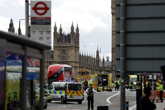 Des policiers sécurisent les alentours du palais de Westminster et du fameux pont éponyme non loin, lieu où s'est déroulé ce que les autorités considèrent comme un attentat terroriste. (Photo Matt Dunham, Associated Press)