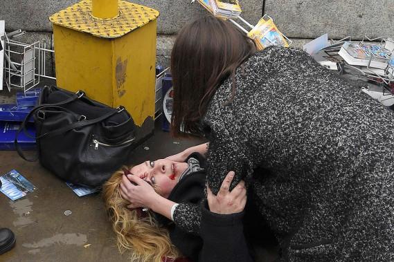 Une passante intervient auprès d'une blessée sur le pont de Westminster. (Photo Toby Melville, REUTERS)