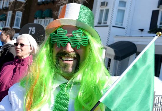 Le vert était, sans surprise, omniprésent tant dans la foule que parmi les participants au défilé. (Le Soleil, Erick Labbé)