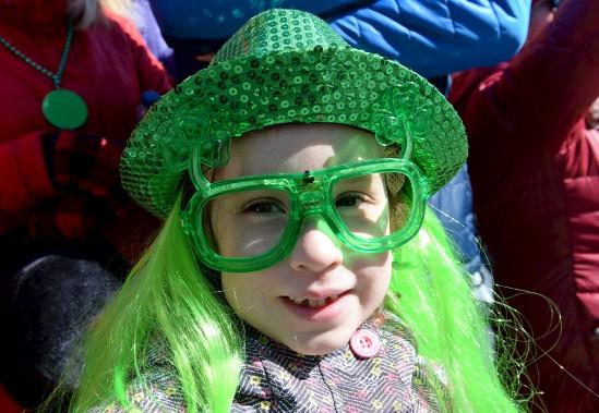 Jeunes et moins jeunes ont pris plaisir à arborer des costumes aux couleurs de la Saint-Patrick. (Le Soleil, Erick Labbé)