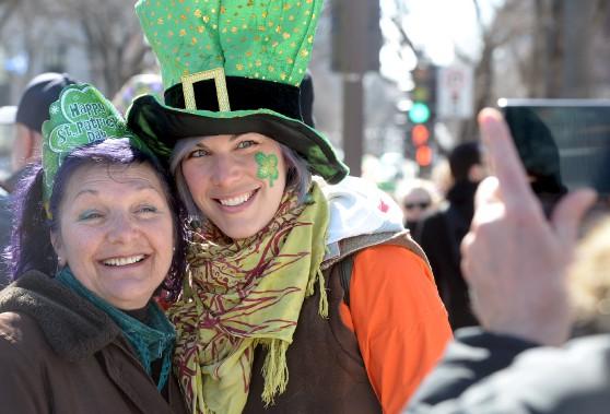 Le soleil et la bonne humeur étaient au rendez-vous pour le défilé de la Saint-Patrick, samedi. (Le Soleil, Erick Labbé)