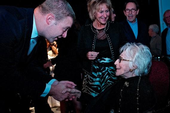 Janine Sutto a reçu les salutations du premier ministre Philippe Couillard et du ministre de la Culture Luc Fortin, venus célébrer le 65<sup>e</sup>anniversaire du TNM. (André Pichette, archives La Presse)