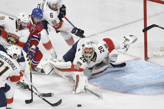 Le gardien Reto Berra repousse un attaque du Canadien au cours de la deuxième période. (PHOTO BERNARD BRAULT, LA PRESSE)