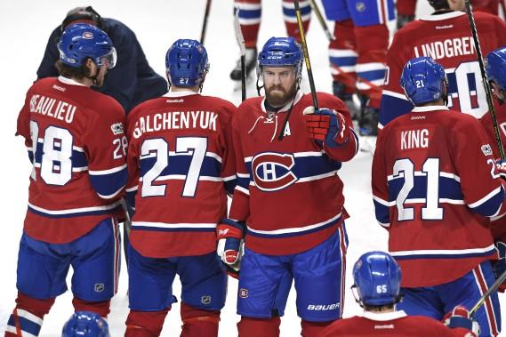 Shea Weber salue la foule après la victoire du Canadien qui donne son laissez-passer pour les séries. (La Presse photo Bernard Brault,)