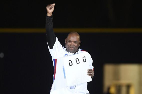 À la toute fin de la cérémonie, on a invité Raines à s'emparer du deuxième sac du Stade olympique, sur lequel un «808» a été peint en noir pour indiquer le nombre de buts qu'il a volés en carrière. (PHOTO BERNARD BRAULT, LA PRESSE)
