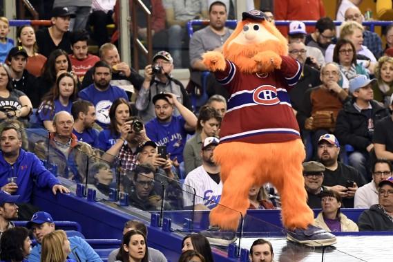 Le Canadien étant en congé, l'ancienne mascotte des Expos Youppi était présente pour divertir les partisans. (PHOTO BERNARD BRAULT, LA PRESSE)