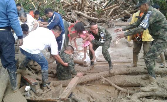 Une fillette est rescapée par des militaires colombiens. (AP, Colombian Army)