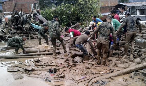 Les sauveteurs ont travaillé dans des conditions très difficiles pour tenter de retrouver des survivants le plus rapidement possible. (AFP, EJERCITO DE COLOMBIA)