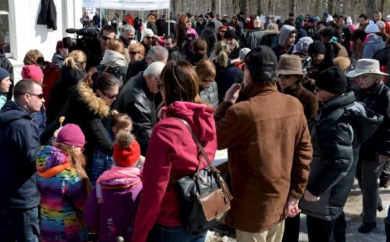 Petits et grands ont profité d'une magnifique journée, dimanche, pour se sucrer le bec au parc du Bois-de-Coulonge. (Le Soleil, Erick Labbé)