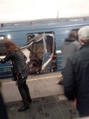Les premières images diffusées sur les réseaux sociaux et par les télévisions russes montrent une rame de métro soufflée par une explosion, de nombreux voyageurs tentant de sortir des victimes des décombres. (@TRUSY_GEBBELSA, TWITTER)
