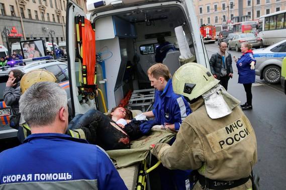 Des secouristes évacuent une femme blessée dans l'explosion. (ANTON VAGANOV, REUTERS)