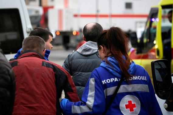 Des secouristes interviennent auprès des gens touchés par l'explosion. (ANTON VAGANOV, REUTERS)