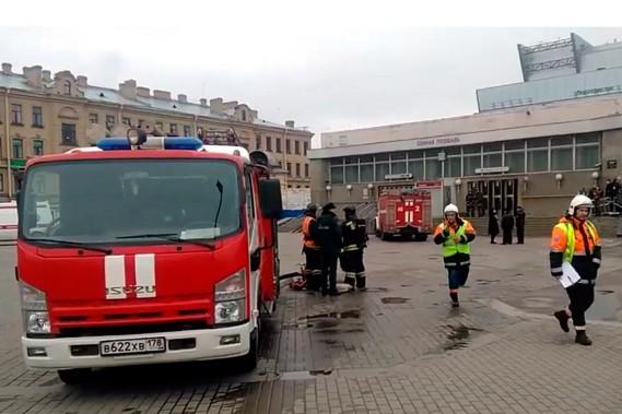 Les services de secours ont été déployés à la station de métro Sennayan Ploshchad. (AP)