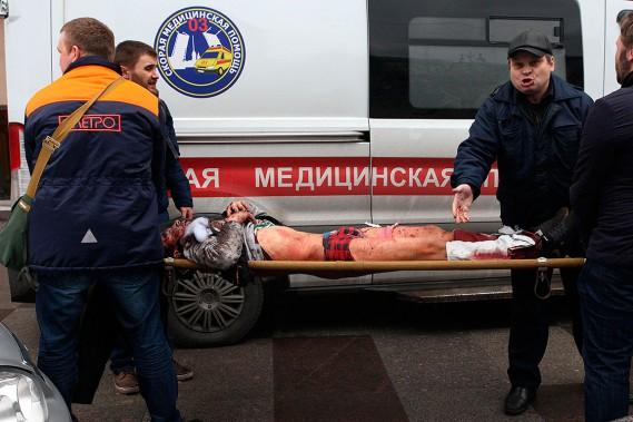 Un blessé est transporté près de la station de métro Tekhnologichesky Institut. (ALEXANDER TARASENKOV, AFP)