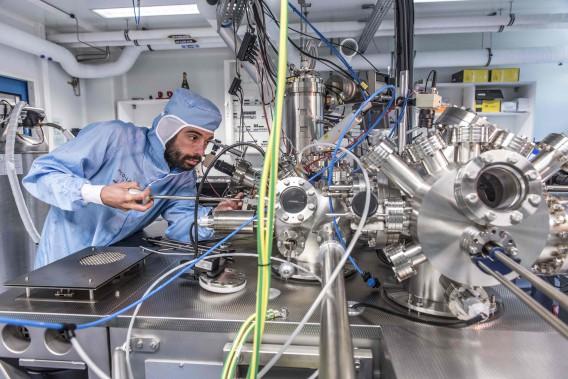 Un scientifique travaille au microscope électronique qui servira durant la course de nanovoitures. Les voitures consistent en quelques centaines d'atomes et le parcours d'une longueur d'environ 100 nanomètres (1 nanomètre = 1 milliardième de mètre). (AFP)