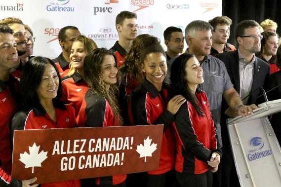 Présentation de l'équipe canadienne avec le maire de Gatineau, Maxime Pedneaud-Jobin. (PATRICK WOODBURY, Le Droit)