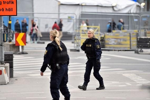 Des policiers sur le scène, non loin d'où un camion est rentré dans le grand magasin Ahlens. (NOELLA JOHANSSON, TT NEWS AGENCY VIA AP)
