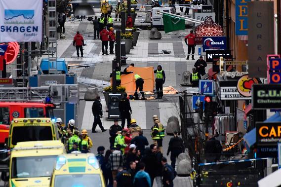 L'attaque s'est produite peu avant 13h GMT (9h, HE) à proximité d'un grand magasin, au croisement d'une grande artère, Klarabergsgatan, et de la rue piétonne la plus fréquentée de la capitale, Drottningsgatan. (Jonathan NACKSTRAND, AFP)
