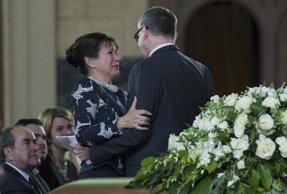 La fille de Janine Sutto, Mireille Deyglun, est consolée par le comédien Yves Jacques, lors des funérailles de sa mère, à Montréal. (La Presse canadienne, Graham Hughes)