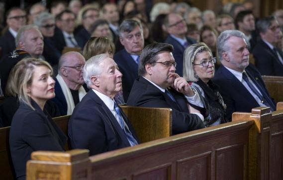 De droite à gauche, le premier ministre du Québec, Philippe Couillard et sa femme,le maire de Montréal, Denis Coderre, le lieutenant-gouverneur du Québec,Michel Doyon etla ministre fédérale du Patrimoine, Mélanie Joly (La Presse canadienne, Graham Hughes)