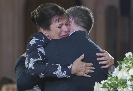 La fille de Janine Sutto, Mireille Deyglun, est consolée par le comédien André Robitaille, lors des funérailles de sa mère, à Montréal. (La Presse canadienne, Graham Hughes)